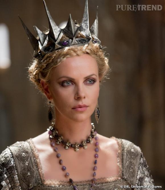 """Charlize Theron est la reine diabolique dans """"Blanche Neige et le chasseur""""."""