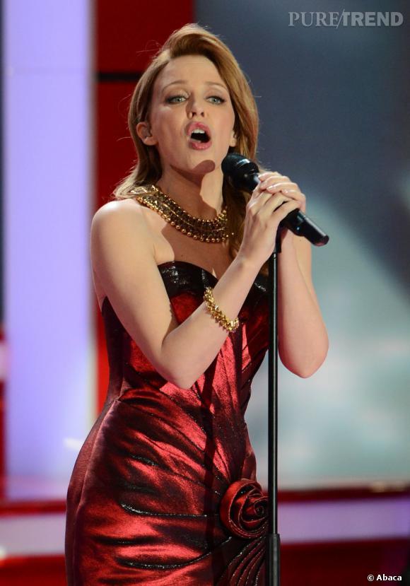 Kylie Minogue ose la robe bustier rouge flamboyant pour son concert caritatif à Berlin.