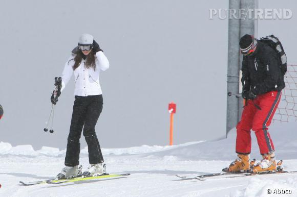 La princesse Kate Middleton reste stylée sur les montagnes suisses. Elle joue la carte du blanc, très féminin en hiver. Du bonnet en passant par la veste et les chaussures, elle assure. William lui, reste plus classique.