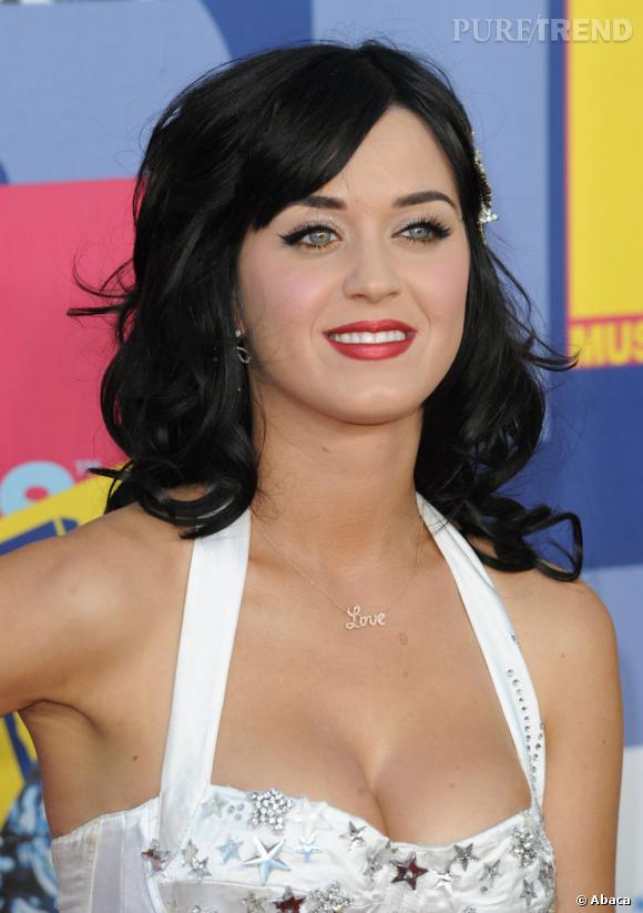 L'évolution capillaire de Katy Perry :  Avec cette coiffure rétro et ce maquillage, Katy Perry ressemble à un mélange de Megan Fox et de Marion Cotillard.