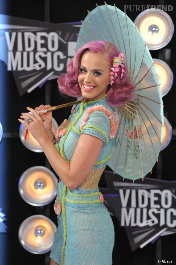 L'évolution capillaire de Katy Perry :  Fin 2011, la chanteuse craque pour le rose. A oser... ou pas.