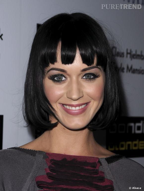 L'évolution capillaire de Katy Perry :  Carré court et frange pour la chanteuse en 2009.