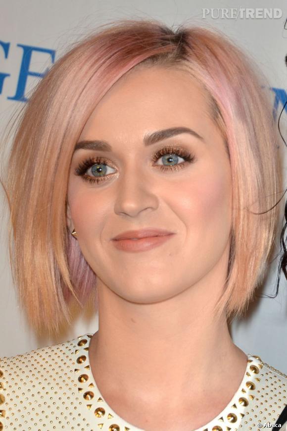 L'évolution capillaire de Katy Perry :  Après le rose flashy, la chanteuse revient à une teinte plus douce, pour ne pas dire délavée.