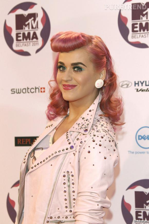 L'évolution capillaire de Katy Perry :  La coiffure rockabilly si jolie perd un peu de sa suprême lorsque les cheveux sont couleur chewing gum.