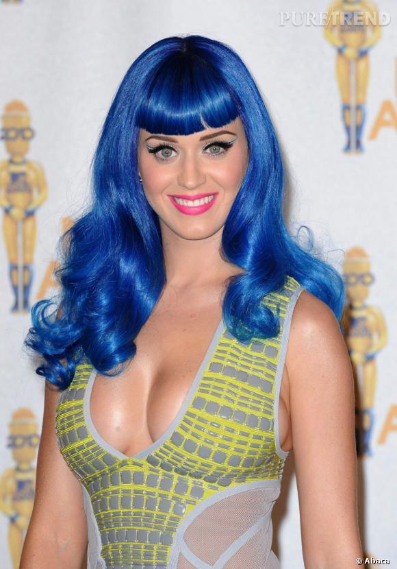 L'évolution capillaire de Katy Perry :  En juin 2010, elle arrive aux MTV Movie Awards avec une perruque bleue. Les prémices de ses expériences colorées.