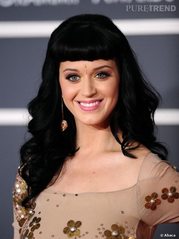 L'évolution capillaire de Katy Perry :  Au début de l'année 2010, la chanteuse opte pour une frange courte et les extensions, l'une de ses lubies capillaires.