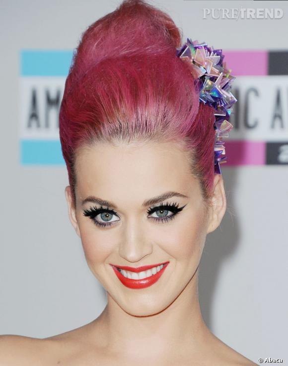 """L'évolution capillaire de Katy Perry :  Pour continuer dans l'exubérance, elle pare ses coiffures (roses) de toutes sortes d'accessoires. Ici, un """"bijou cristaux"""" multicolor improbable."""