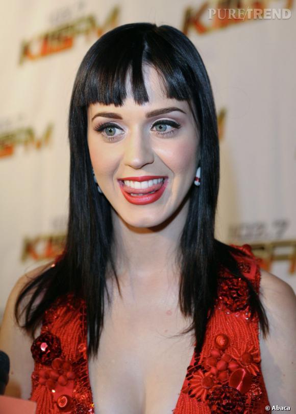 L'évolution capillaire de Katy Perry :  Elle se met ensuite à la frange droite et commence à créer son style.