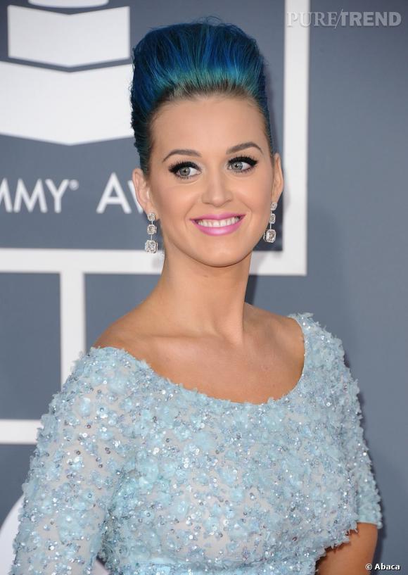 L'évolution capillaire de Katy Perry :  Aux Grammy Awards, Katy Perry a touché les sommets avec sa maxi-coque bleue. On n'est pas fan.
