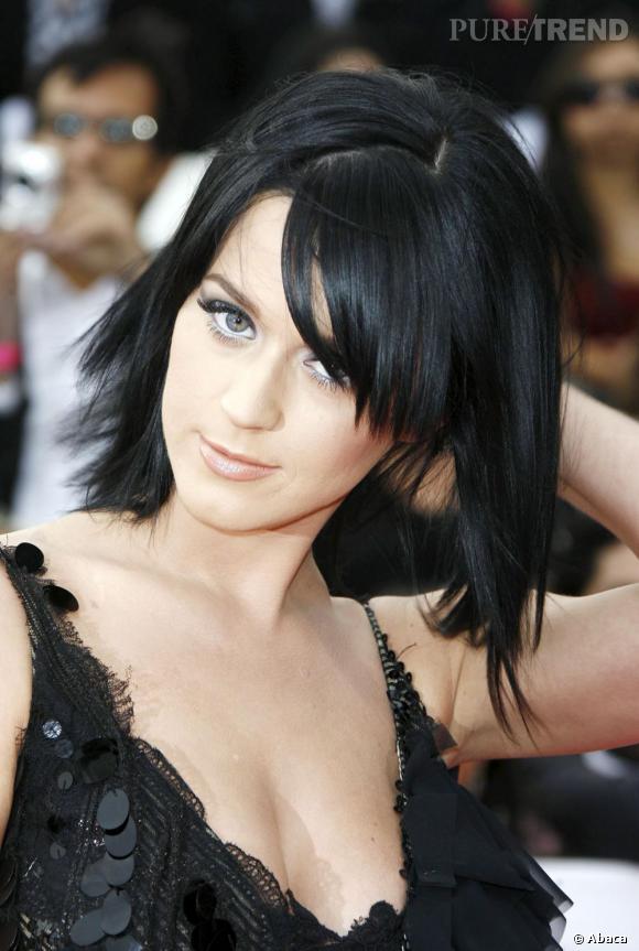 L'évolution capillaire de Katy Perry :  La chanteuse adopte le carré effilé et méché, très tendance.