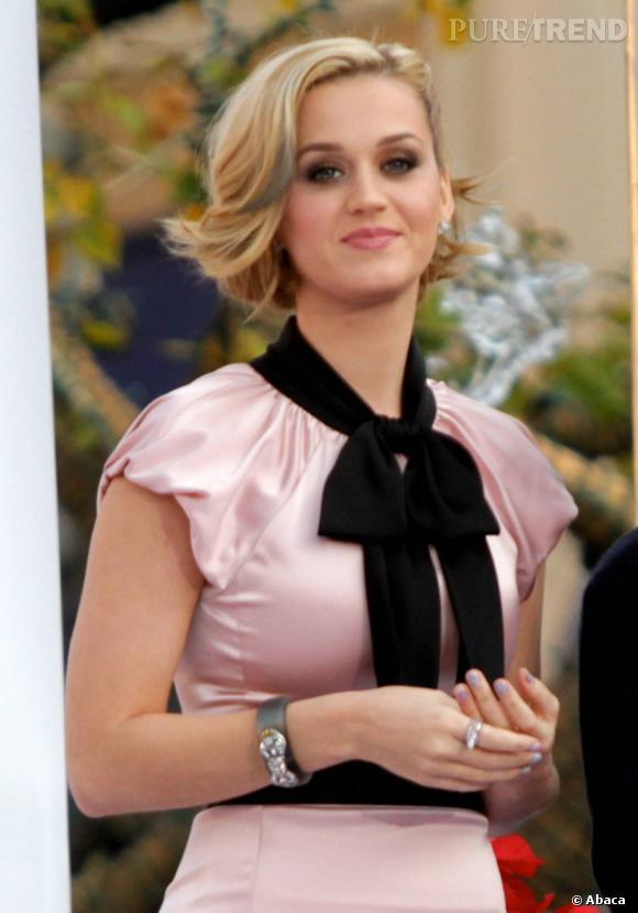 L'évolution capillaire de Katy Perry :  Blonde toujours, mais le rose a été remplacé par du bleu. Cette petite mèche est annonciatrice de la prochaine folie capillaire de Katy Perry.