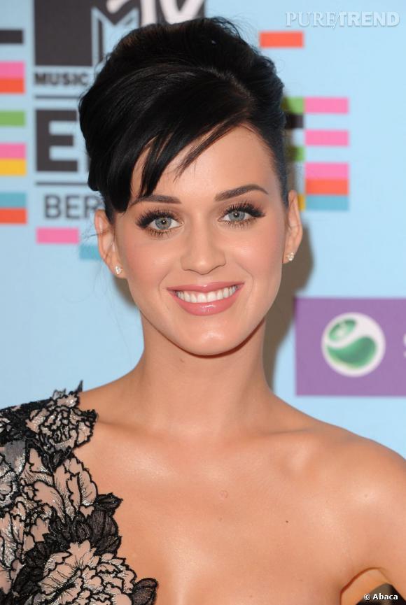 L'évolution capillaire de Katy Perry :  Une fois n'est pas coutume, c'est coiffée d'un chignon plus classique qu'elle apparaît.