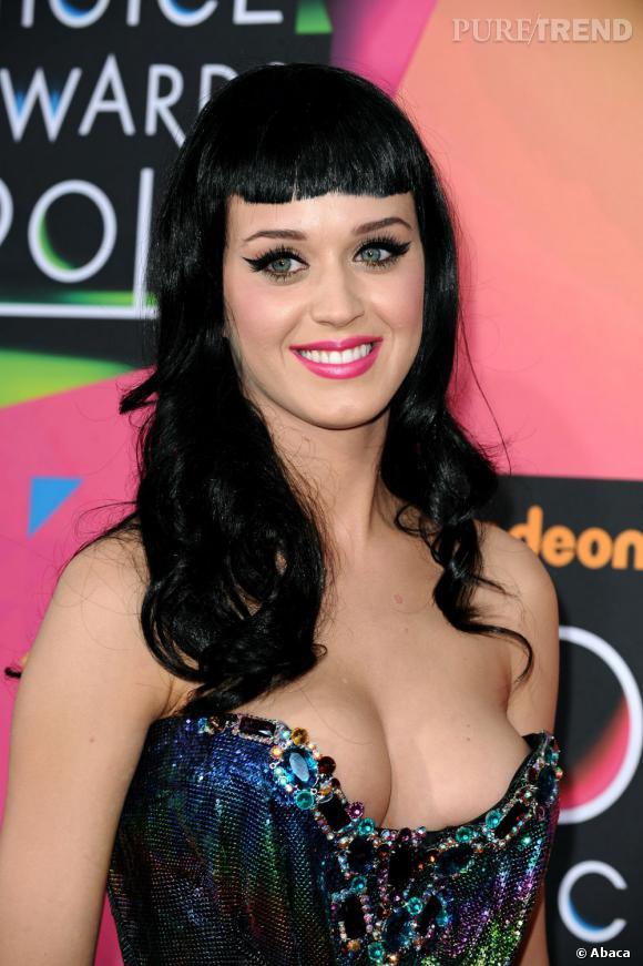 L'évolution capillaire de Katy Perry :  Avec sa frange courte, la chanteuse a des petits airs de Bettie Page.