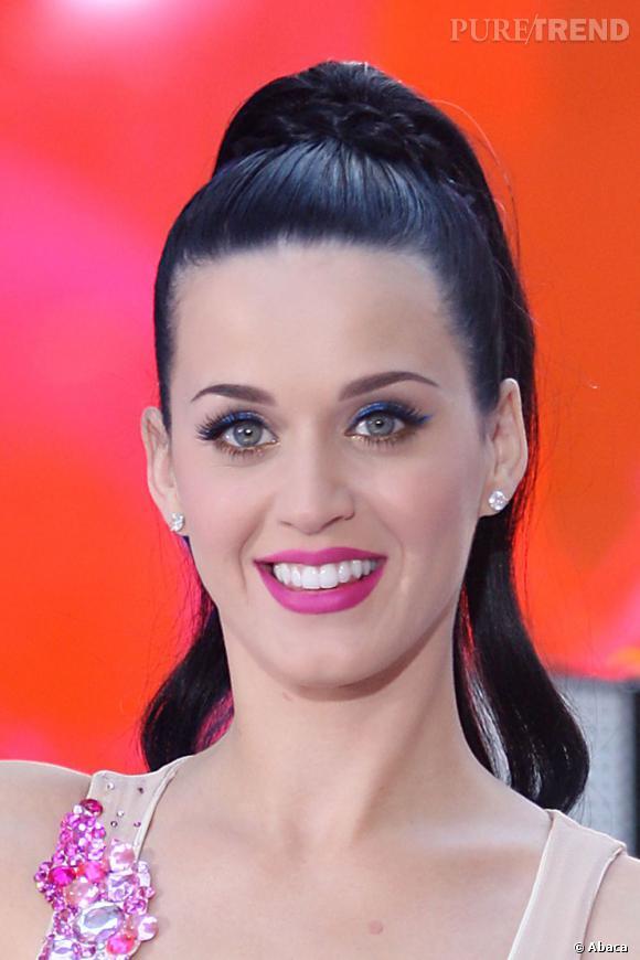 L'évolution capillaire de Katy Perry :  Place à la queue de cheval, portée bien haut sur le dessus de la tête et très plaquée.