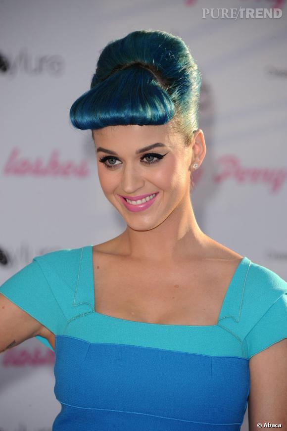 L'évolution capillaire de Katy Perry :    C'est le retour de la coiffure rockabilly, version bleue cette fois. Ambiance cartoon.