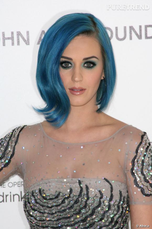 L'évolution capillaire de Katy Perry :  Le carré se fait asymétrique et parfaitement assorti au maquillage des yeux. La chanteuse a le sens du détail.