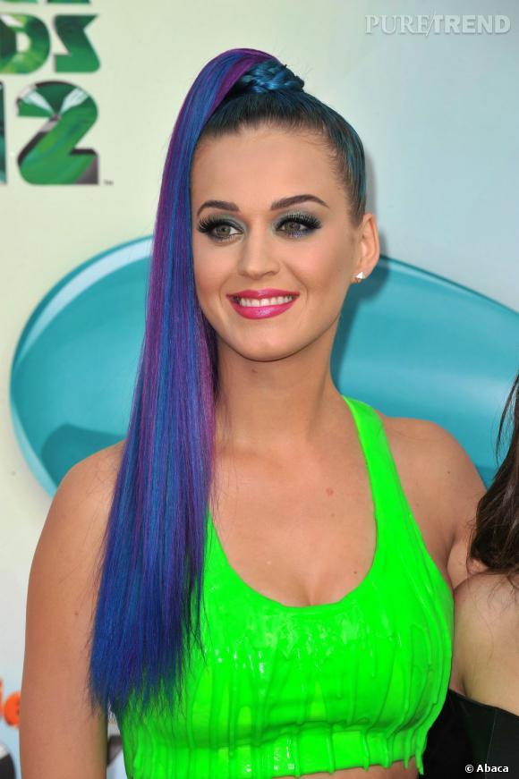 L'évolution capillaire de Katy Perry :  Retour aux cheveux XXL, avec des mèches violettes en prime. Les années 90 semblent de retour. Pourtant, on est en 2012.