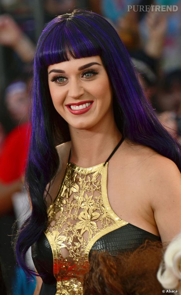 L'évolution capillaire de Katy Perry :  Lissage extrème et frange au menu pour la chanteuse. Sans oublier les extensions, dont elle ne peut plus se passer.