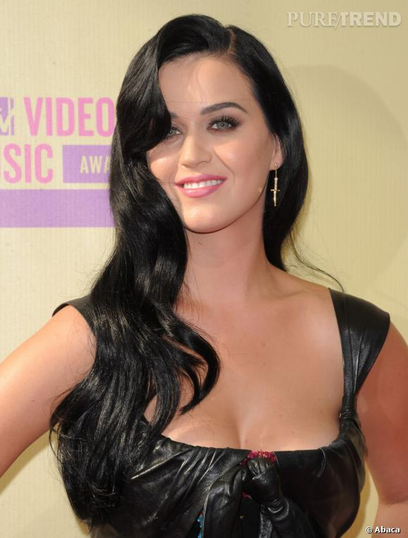 L'évolution capillaire de Katy Perry :  Pour assister aux MTV Video Music Awards en 2012, la chanteuse opte pour une coiffure glamour et wavy. Un look plutôt sage.