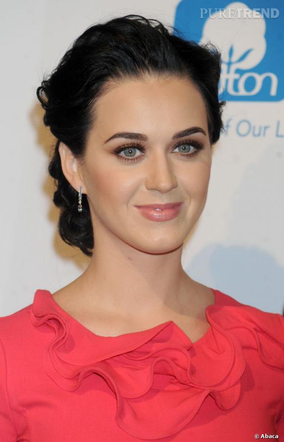 L'évolution capillaire de Katy Perry :  On peine à la reconnaître avec ce chignon bouclé qui lui fait prendre quelques années.