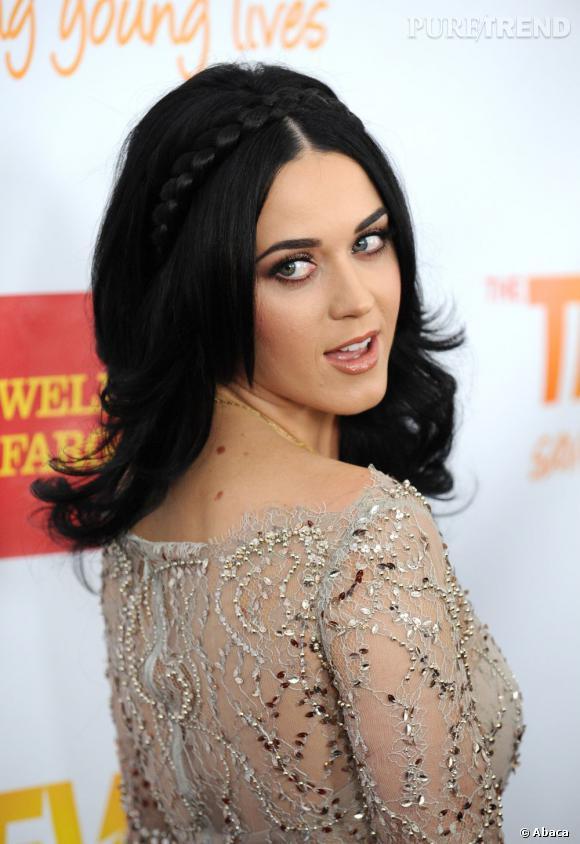 L'évolution capillaire de Katy Perry :  La star maîtrise l'art de la pose. Bon point pour la tresse façon hairband.