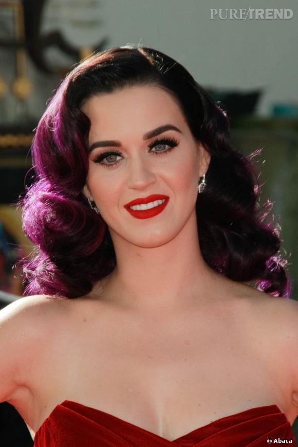 L'évolution capillaire de Katy Perry :  Le violet s'accorde plutôt bien au style rétro, la preuve avec ce brushing bouclé très 50's.