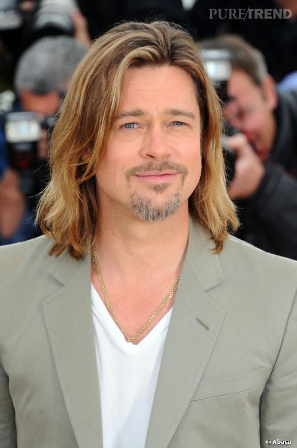 Brad Pitt porte ses cheveux au carré par intermittence. Cette longueur et son balayage blond lui donne un petit air de surfeur Californien.