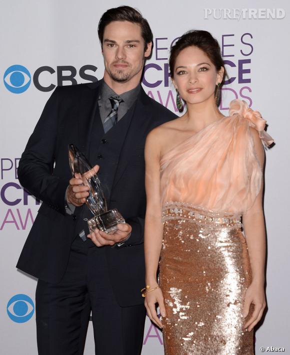 """Kristin Kreuk et Jay Ryan aux People's Choice Awards 2013. Ils remportent le prix de la meilleure nouvelle série avec """"Beauty & the beast"""". L'actrice porte une robe Jean Fares."""