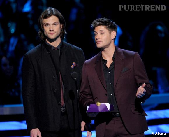 """Jared Padalecki et Jensen Ackles aux People's Choice Awards 2013. Ils remportent le prix de la meilleure série SF avec """"Supernaturel""""."""