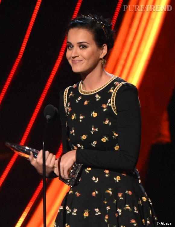 Katy Perry, meilleure artiste, meilleure artiste pop et meilleur clip aux People's Choice Awards 2013. Elle porte une robe Valentino Automne-Hiver 2012/2013.
