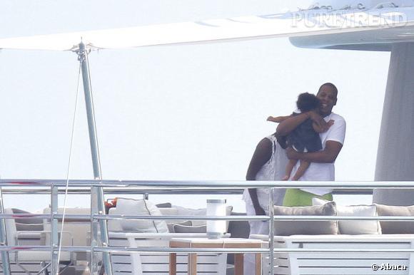 Jay-Z, le rappeur ne résiste pas devant sa petite poupée.