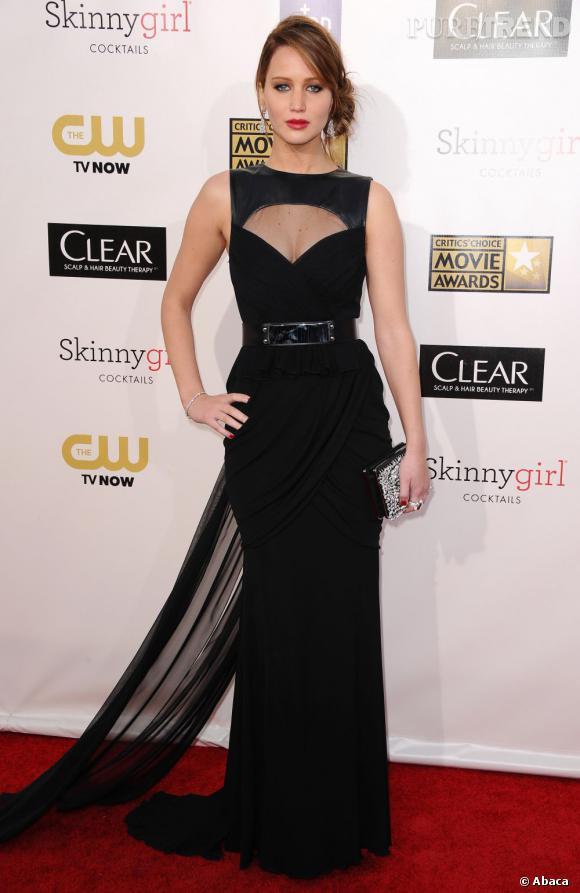 Jennifer Lawrence affiche sa poitrine dans une robe Prabal Gurung Pré-Automne 2013. Le sex-appeal subtil aux Critics' Choice Awards.