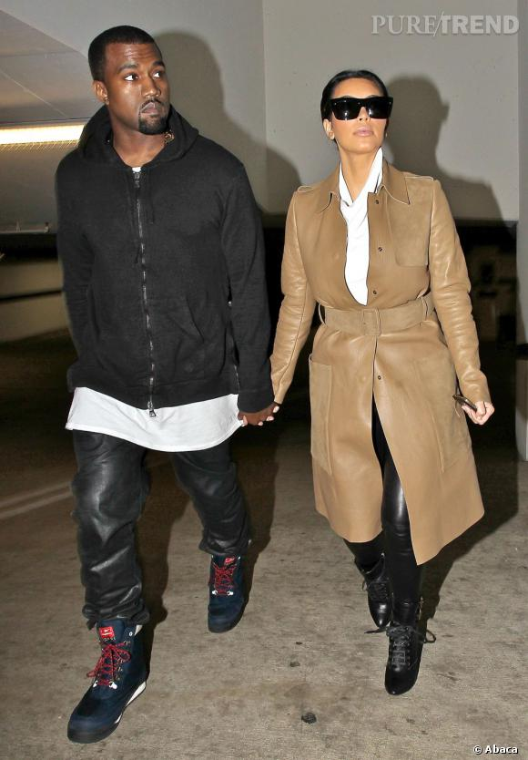 Encore camouflée dans un long manteau, Kim Kardashian se serre la taille.