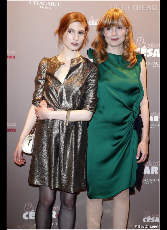 """Agathe Bonitzer (""""Une Bouteille à la Mer"""") en robe brillante A.P.C. & Vanessa Seward et Isabelle Carre."""