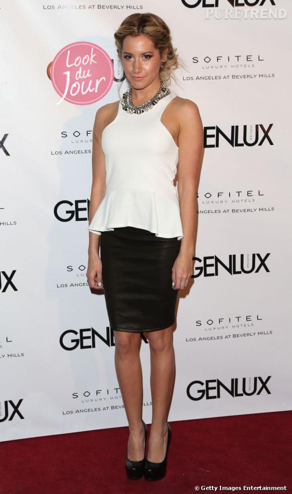 Ashley Tisdale opte pour un top peplum blanc et une jupe crayon en cuir pour la soirée Genlux.