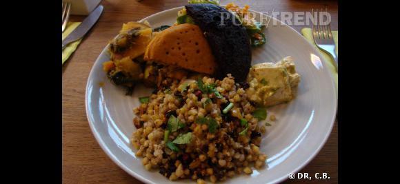 Une assiette type chez Voy Alimento : sarrasin aux blettes, blinis au maïs mauve, tofu mariné, légumes compotés...