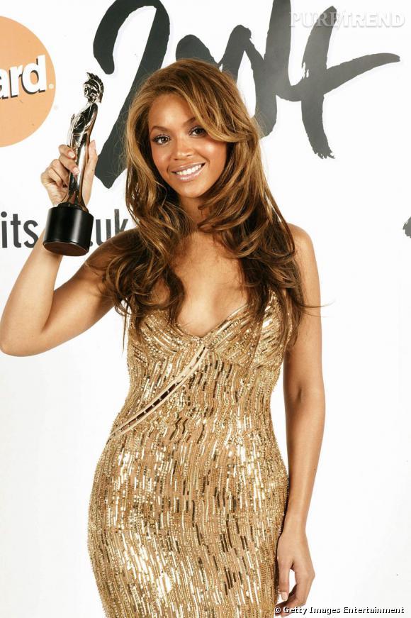 Beyoncé remporte le Brit Awards Meilleure artiste solo féminine internationale en 2004.