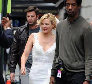 Kim Cattrall s'affiche avec une robe de mariée et des escarpins très étonnants.