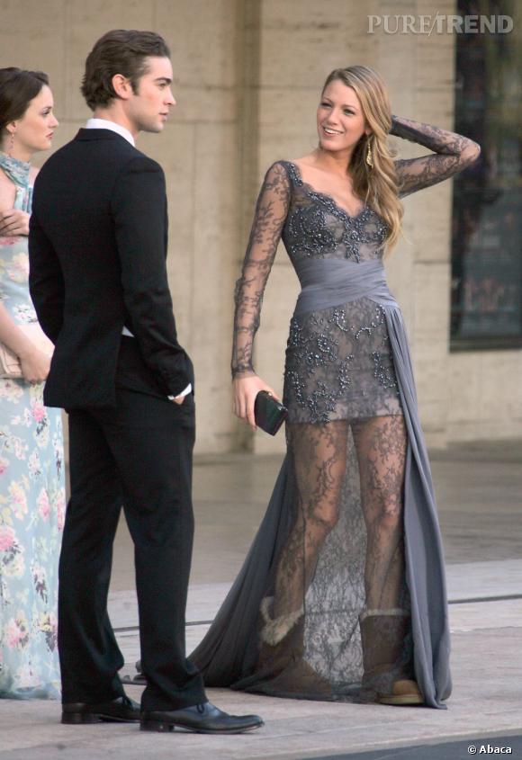 Blake Lively sur le tournage de Gossip Girl à New York. La jeune femme mixe sans complexe une longue robe Zuhair Murad et une paire de UGG.