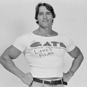 Arnold Schwarzenegger et son t-shirt trop petit.
