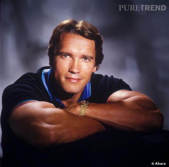 Arnold Schwarzenegger prend la pose ne polo, la raie très bien dessinée.