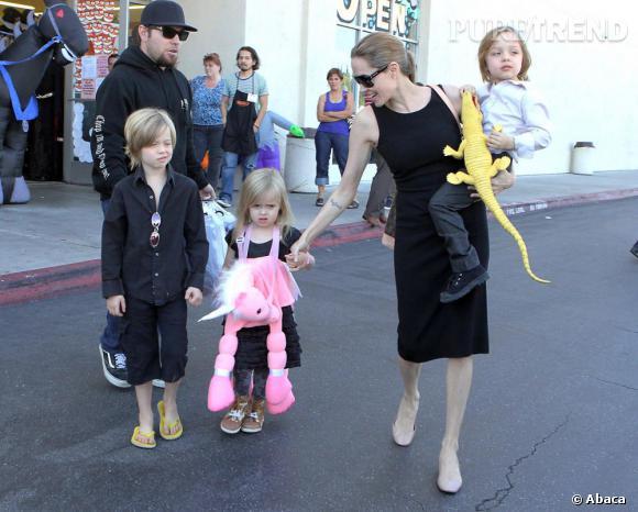 Angelina Jolie serait-elle encore enceinte ? Après 3 enfants adoptés et 3 enfants biologiques, la famille Pitt pourrait chercher à agrandir encore la tribu !