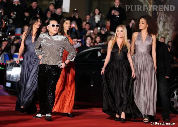 """Psy lors de la montée des marches aux NRJ Music Awards le 26 janvier 2013 à Cannes. Il est reparti avec les prix de """"Clip de l'année"""" et """"Chanson internationale de l'année""""."""