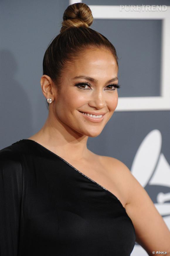 Les cheveux tirés sont l'atour de Jennifer Lopez. Son chignon danseuse révèle ses traits.