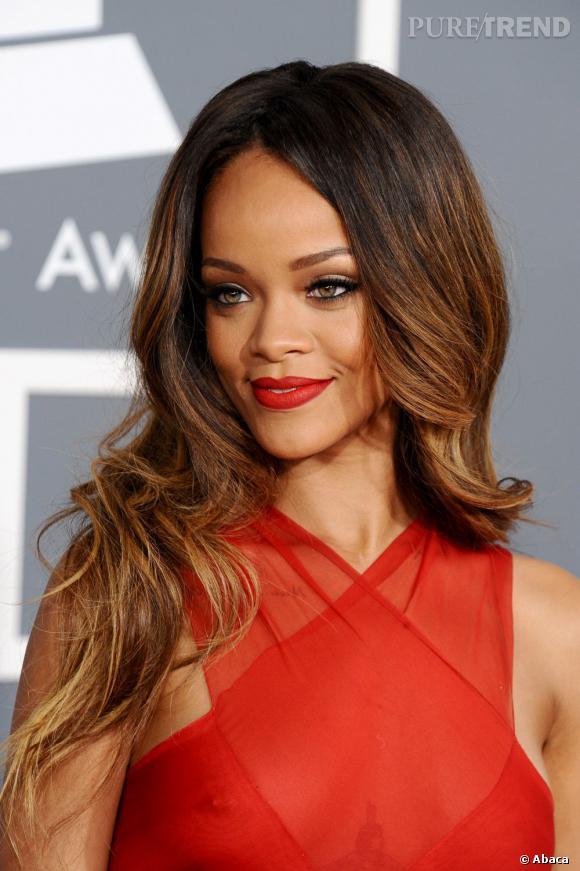 Les cheveux de Rihanna passent du cours au long en un claquement de doigts. Ses jolies longueurs caramel légèrement tie & dye mettent en valeur son teint.