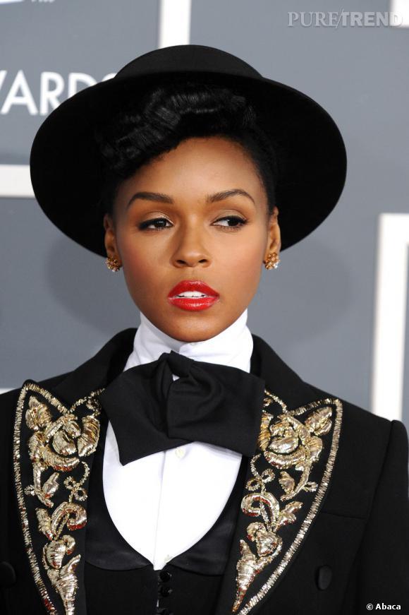 Janelle Monae ose le chapeau sur tapis rouge et a bien raison. Sa frange bouclée retro apporte un véritable plus.