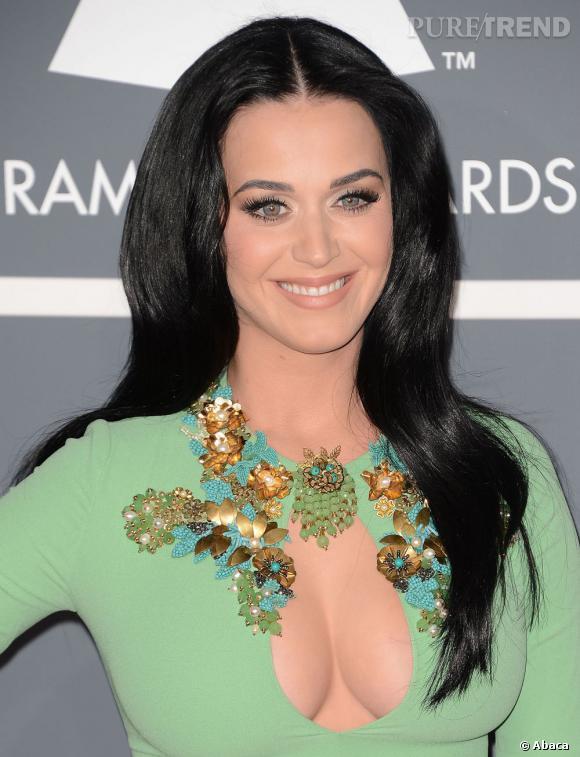 Katy Perry nous a habitué a plus d'exentricités. On retrouve ses longueurs noires avec plaisir. Il fallait miser sur la simplicité avec un tel décolleté.