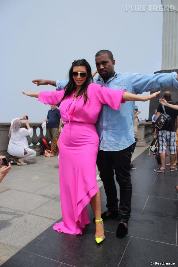 Kim Kardashian et Kanye West jouent les touristes à Rio de Janeiro et posent comme la statue du Christ Rédempteur, samedi 9 février.