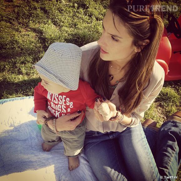 Alessandra Ambrosio profite d'une pause parc avec son bébé.