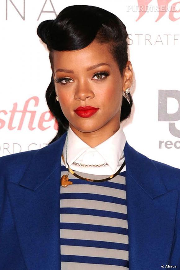 Rihanna opte de plus en plus souvent pour un rouge bien vif sur la bouche et un fin trait d'eye liner sur des cils XXL.